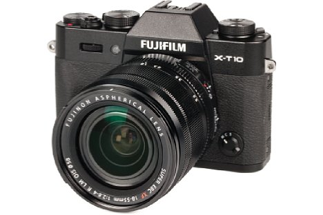 Bild Dank der Deckel- und Bodenplatte, die jeweils aus Metall bestehen, macht das großzügig gummierte Gehäuse der Fujifilm X-T10 einen hochwertigen Eindruck. Im kleinen Buckel verbirgt sich sogar ein richtiger Aufklappblitz. [Foto: MediaNord]