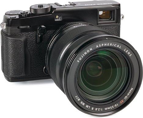 Bild Das wuchtige und gegen Spritzwasser sowie Staub gedichtete Fujifilm XF 16-55 mm F2.8 R LM WR passt am besten zur X-Pro2 oder X-T1, die beide ebenfalls keine zierlichen Kameramodelle sind. [Foto: MediaNord]