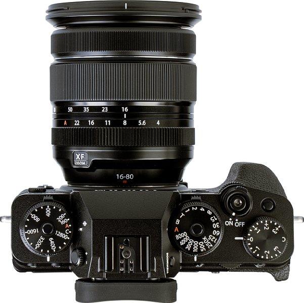 Bild Von Oben ist an der Fujifilm X-T4 eine Vielzahl von Bedienelementen in Form von Einstellrädern und Schaltern erkennbar. [Foto: MediaNord]
