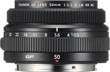 Bild Weniger als fünf Zentimeter misst das Fujifilm GF 50 mm F3.5 R LM WR in der Länge, im Durchmesser sind es nur etwas über acht Zentimeter. Dennoch ist das Objektiv aus Metall gefertigt und spritzwassergeschützt, es wiegt immerhin fast 340 Gramm. [Foto: Fujifilm]