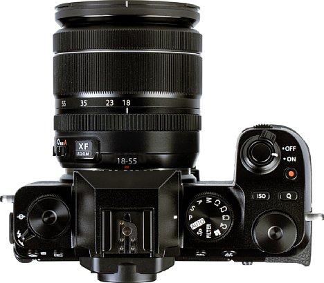 Bild Auf der Oberseite der Fujifilm X-S10 sind die verschiedenen Drehräder und deren Verteilung gut zu erkennen. [Foto: MediaNord]