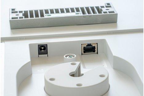 Bild Im Detail der Rückansicht zeigen sich LAN- und Stromanschluss. [Foto: MediaNord]