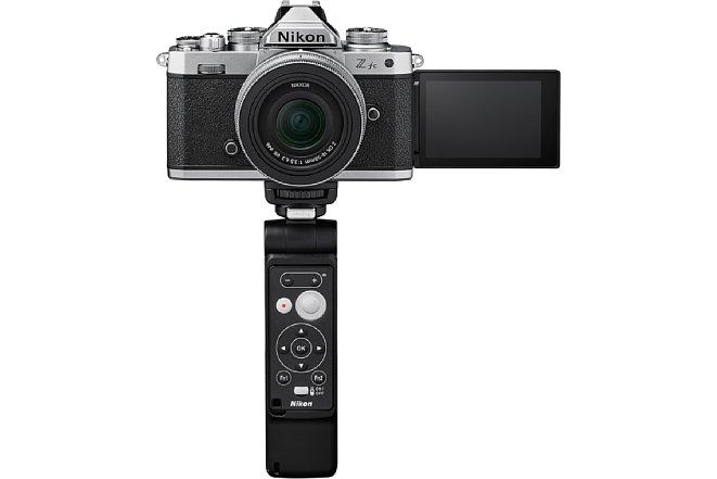 Bild Die im Nikon Z fc Vlogger Kit enthaltene Bluetooth-Fernbedienung ML-L7 lässt sich magnetisch am Dreibein-Griff befestigen. [Foto: Nikon]