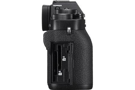 Bild Die Fujifilm X-T2 bietet zwei Speicherkartenschächte, die nun beide UHS-II-kompatibel sind. [Foto: Fujifilm]