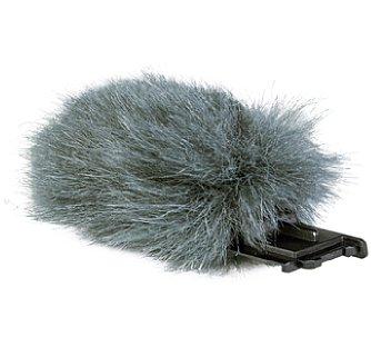 Bild Der Mikrofonpuschel wird über eine Plastikhalterung geschoben, die wiederum in den Blitzschuh gesteckt wird und ihn seitlich über das Mikrofon platziert. [Foto: MediaNord]