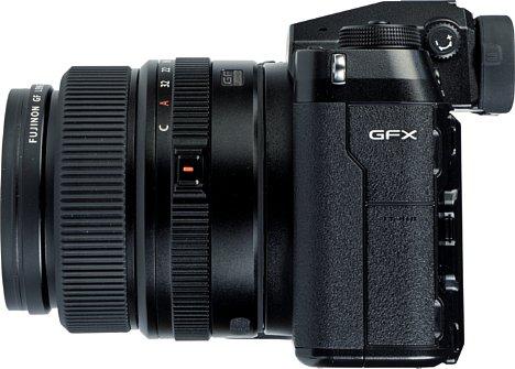 Bild Auf der linken Gehäuseseite sind die Schnittstellen der Fujifilm GFX100S hinter gut getarnten Gummiklappen versteckt. [Foto: MediaNord]