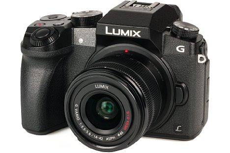 Bild Das Gehäuse der Panasonic Lumix DMC-G70 wirkt kantig, der abgerundete, ausgeprägte, gummierte Handgriff sorgt aber für eine gute Ergonomie. [Foto: MediaNord]