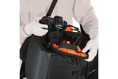 Bild Die Klappe an der Seite des Rucksacks erlaubt ein schnelles Entnehmen und Verstauen der Kamera. [Foto: Vanguard]