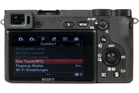Bild Sie Sony Alpha 6500 besitzt einen 7,5 Zentimeter großen 16:9-Bildschirm. Im nativen 3:2-Seitenverhältnis des Bildsensors schrumpft das Livebild damit auf 6,5 Zentimeter Diagonale. [Foto: MediaNord]
