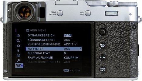 Bild Der Monitor auf der Rückseite derFujifilm X100V lässt sich nach oben klappen und mit einem kleinen Umweg auch nach unten. [Foto: MediaNord]