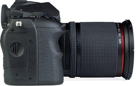Bild Die Pentax K-3 Mark III bietet einen sehr ergonomischen Handgriff. Unter dem Speicherkartenfach ist hier auch der Fernauslöseanschluss zu finden. [Foto: MediaNord]