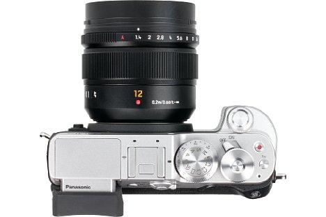 Bild Neben einem Fokusring und Fokusschalter bietet das Panasonic Leica DG Summilux 12 mm F1.4 Asph. einen Blendenring, der jedoch nur an Panasonic-Gehäusen wie der Lumix DMC-GX8 funktioniert. [Foto: MediaNord]