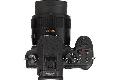Bild Viele Knöpfe und Einstellräder erleichtern die Bedienung der Panasonic Lumix DMC-FZ1000. Außerdem liegt sie dank des ausgeprägten Griffs wunderbar in der Hand. [Foto: MediaNord]