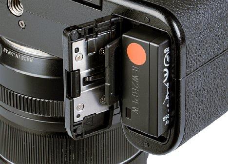 Bild Das Akku/Speicherkartenfach der Fujifilm X-S10 nimmt den Akku und die SD-Speicherkarte in heimeliger Eintracht auf. [Foto: MediaNord]
