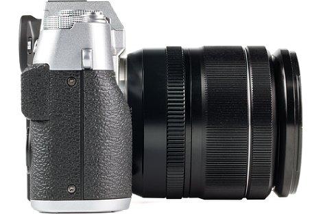 Bild Der Handgriff der Fujifilm X-T20 fällt sehr flach aus, so dass vor allem die rutschfeste Gummibeklebung für den nötigen halt sorgt. [Foto: MediaNord]