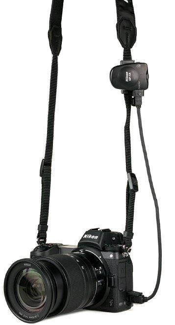 Bild Nikon Z7 mit GP-1A GPS-Empfänger am Kameragurt. [Foto: MediaNord]