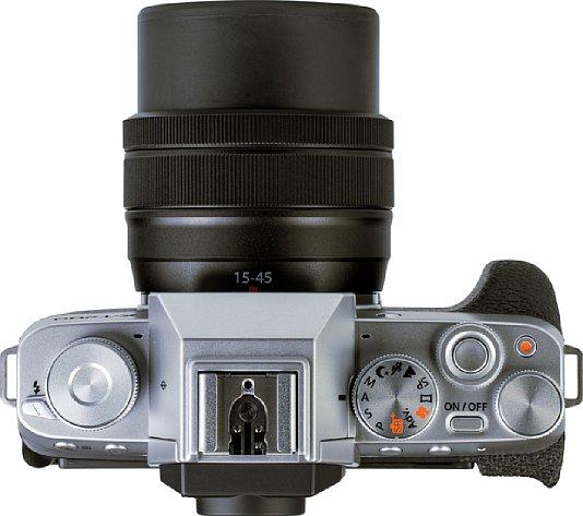 Bild Auf der Oberseite der Fujifilm X-T200 sind die verschiedenen Einstellräder recht gedrängt untergebracht. [Foto: MediaNord]