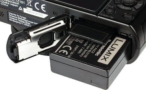 Bild Für immerhin 300 Aufnahmen soll der Lithium-Ionen-Akku der Panasonic Lumix DMC-TZ101 reichen. Geladen wird er per USB. Die SD-Speicherkarte sitzt ebenfalls im Akkufach, wobei die Karte für 4K-Videos die UHS Speed Class 3 unterstützen sollte. [Foto: MediaNord]