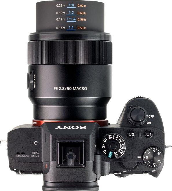 Bild Im Nahbereich kann man beimSony FE 50 mm F2.8 Macro die Fokusentfernung und den Abbildungsmaßstab auf dem ausfahrenden Tubus ablesen. [Foto: MediaNord]