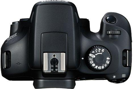 Bild Selbst auf der Oberseite herrscht bei der Canon EOS 4000D das Spardiktat: Die Kamera wird über das Programmwählrad statt über einen eigenen Schalter ein und ausgeschaltet. [Foto: Canon]