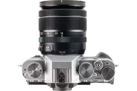 Bild Die Fujifilm X-T20 ist mit Einstellrädchen übersät. Zusammen mit den vielen, programmierbaren Knöpfen ist eine sehr direkte Bedienung der Aufnahmefunktionen möglich. [Foto: MediaNord]