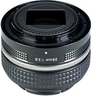 Bild Das Nikon Z 28 mm F2.8 SE besitzt lediglich ein Plastikbajonett. Sehr anschaulich ist der rechteckige Ausschnitt zu sehen, der unnötige Lichtreflexionen verhindern soll. [Foto: MediaNord]