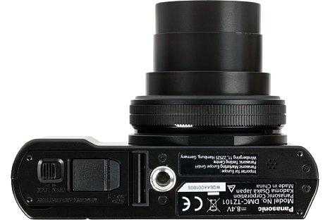 Bild Das Stativgewinde der Panasonic Lumix DMC-TZ101 sitzt nicht nur außerhalb der optischen Achse, sondern auch sehr nah am Akku- und Speicherkartenfach, so dass dieses vom Stativ oder der Stativwechselplatte blockiert wird. [Foto: MediaNord]