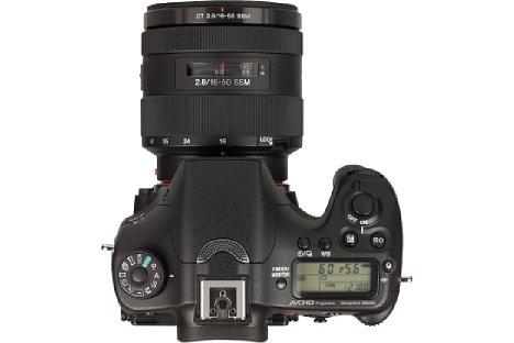 Bild Auf der Oberseite der Sony Alpha SLT-A77 II zeigt ein informatives Display die wichtigsten Einstellungen an. [Foto: MediaNord]