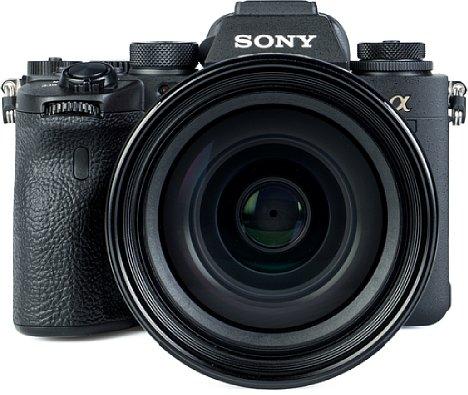 Bild In Kombination mit dem Testobjektiv FE 24-70 mm F2.8 GM dominiert eindeutig das Objektiv die 740 Gramm schwere Sony Alpha 1, denn das Gesamtgewicht liegt bei über 1,6 Kilogramm. [Foto: MediaNord]