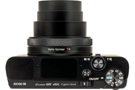 Bild Das Objektiv der Sony RX100 VII ragt markant aus dem ansonsten flachen Gehäuse heraus. [Foto: MediaNord]
