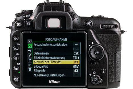 Bild Beim rückwärtigen acht Zentimeter großen Bildschirm der Nikon D7500 handelt es sich um einen nach oben und unten klappbaren Touchscreen. [Foto: MediaNord]