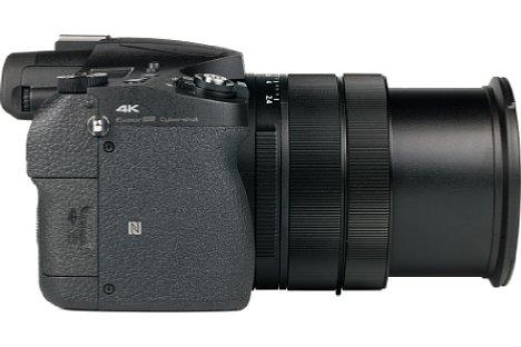 Bild Der Griff der Sony DSC-RX10 III ist stark ausgeprägt und mit reichlich Gummibelederung versehen, was für einen sehr guten halt in der Hand sorgt. [Foto: MediaNord]