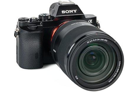 Bild Das SEL-24240 wiegt fast doppelt so viel wie die zierliche Alpha 7R. Die Kamera-Objektiv-Kombination wird dadurch recht kopflastig. [Foto: MediaNord]