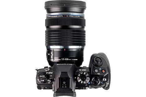 Bild Selbst an der Olympus OM-D E-M1 Mark II wirkt das 12-100 mm 4 IS ED Pro wuchtig. [Foto: MediaNord]