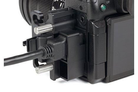 Bild Eine einfache, anschraubbare Kabelführung zum Schutz vor dem Herausbrechen der Schnittstellen gehört bei der Panasonic Lumix DC-GH5 zum Lieferumfang. [Foto: MediaNord]