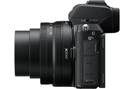 Bild An der Seite bietet die Nikon Z 50 drei Anschlüsse: 3,5 mm Stereoklinke mit Spannungsversorgung für Mikrofone, Micro-USB mit Ladefunktion und Micro-HDMI mit Clean-Videoausgang. [Foto: Nikon]
