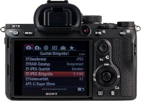 Bild Beim 2,36 Millionen Bildpunkte auflösenden Sucher sowie dem 921.000 Bildpunkten auflösenden Klapp-Touchscreen bietet die Sony Alpha 7 III für heutige Verhältnisse keine besonderen Auflösungen. [Foto: MediaNord]
