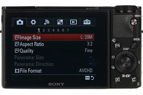 Bild Der rückwärtige 7,5 Zentimeter große Bildschirm der Sony DSC-RX100 III löst 1,23 Millionen Bildpunkte auf und lässt sich nach unten sowie nach oben und für Selbstporträts nach vorne klappen. [Foto: MediaNord]