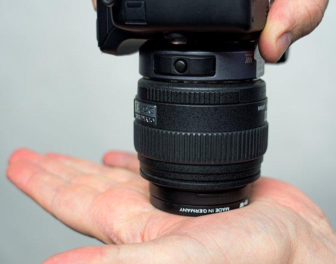 Bild Bei dieser Methode, den Filter zu lösen, sollten Sie nicht zuviel Druck auf das Objektiv ausüben, um die Mechanik nicht zu beschädigen. [Foto: MediaNord]