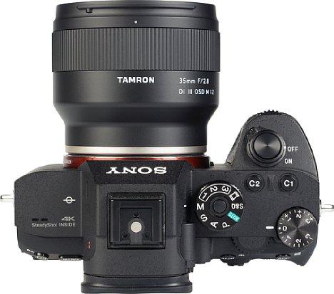 Bild Dank seines großen Tubus lässt sich das Tamron 35 mm Di III OSD M1:2 (053) gut greifen. Allerdings hätte der Ergonomie eine Gummierung am Fokusring gut getan. [Foto: MediaNord]