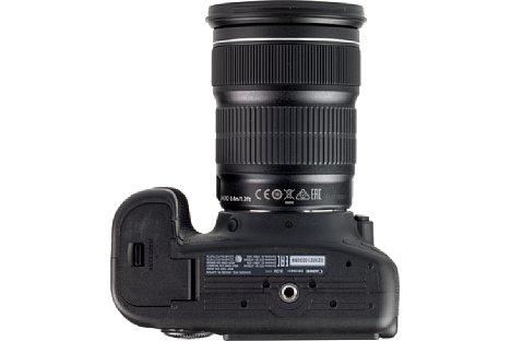 Bild Das Stativgewinde sitzt bei der Canon EOS 6D Mark II in der optischen Achse und bietet reichlich Abstand zum Akkufach. [Foto: MediaNord]