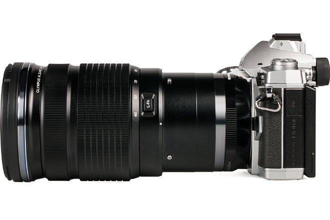 Bild An der OM-D E-M1 lässt sich das Olympus 40-150 mm 2.8 PRO auch gut auf der Hand verwenden. Die Stativschelle stört dabei eher nur und kann abgenommen werden. [Foto: MediaNord]