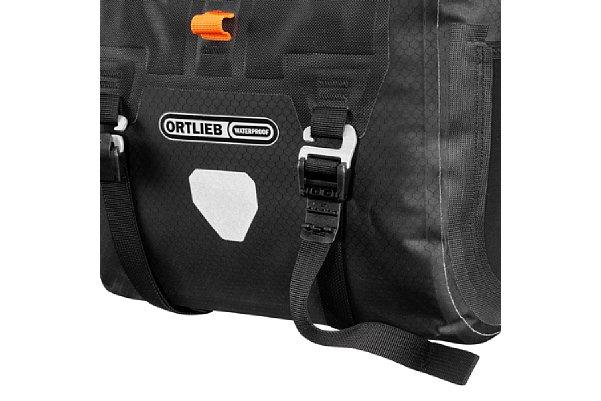 Bild Auf der Vorder- beziehungsweise Unterseite besitzt das Ortlieb Handlebar-Pack QR zwei zusätzliche Kompressionsgurte, mit denen sich aber auch sperrigere Gegenstände befestigen lassen. Die Gurte können abgenommen werden, wenn man sie nicht benötigt. [Foto: Ortlieb]