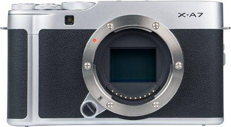Bild Das Objektivbajonett der Fujifilm X-A7 besteht im Gegensatz zum Plastikbajonett des XC 15-45 mm OIS PZ aus Metall. [Foto: MediaNord]