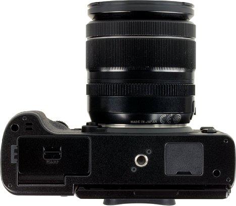 Bild Das Stativgewinde sitzt bei der Fujifilm X-T3 in der optischen Achse. Neu ist die durchgehende Gehäuseschale auf der Unterseite, was die Kamera robuster und wie aus einem Guss wirken lässt. [Foto: MediaNord]