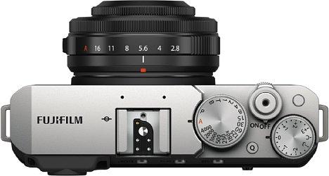 Bild Das Belichtungszeitenrad der Fujifilm X-E4 bietet nun neben einer A- auch eine P-Stellung, dafür ist der Auto-Hebel entfallen. Die Q-Menü-Taste sitzt nun bediensicher auf der Oberseite. [Foto: Fujifilm]