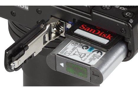 Bild Akkus und Speicherkarte teilen sich bei der Sony DSC-RX100 III ein Fach. Auf dem Stativ beziehungsweise mit Wechselplatte lässt es sich allerdings nicht öffnen. [Foto: MediaNord]