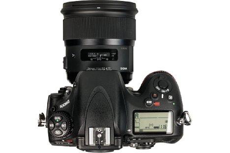 Bild Die Entfernungsskala desSigma A 24 mm F1,4 DG HSM liegt hinter einem kleinen Sichtfenster. Der breite Fokusring erlaubt jederzeit eine Korrektur der Fokussierung. [Foto: MediaNord]