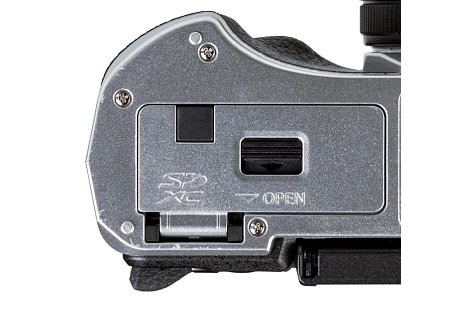 Bild Damit ein Dummy-Akku (Original oder Fremdhersteller) überhaupt eingesetzt werden kann, muss eine Kabeldurchführung am Batteriefachdeckel vorhanden sein. In diesem Fall ist es eine Quadratische schwarze Abdeckung. [Foto: MediaNord]