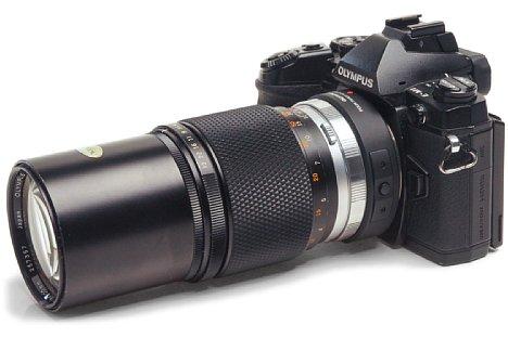 Bild Das Olympus OM 200 mm F4 adaptiert mit einem OM-FourThirds- und FourThirds-Micro-Four-Thirds-Adapter ergibt ein gehörig langes Rohr an der OM-D E-M1. Die kleinbildäquivalente Brennweite liegt immerhin bei 400 mm, dank Sensor-Shift sogar bildstabilisiert. [Foto: Stefan Meißner]